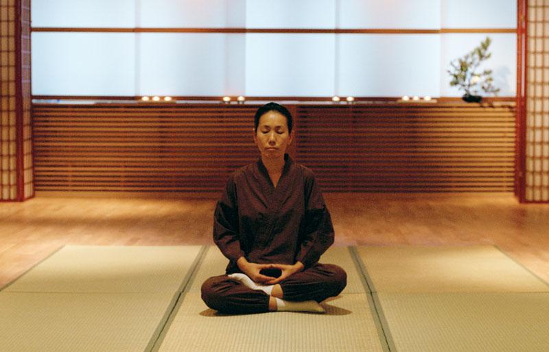 Kvinna utövar yoga