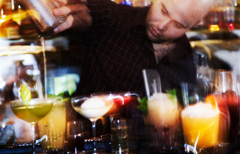 Drinkar i baren på Hotel Reisen