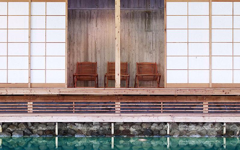 Stolar vid poolen på Hasseludden