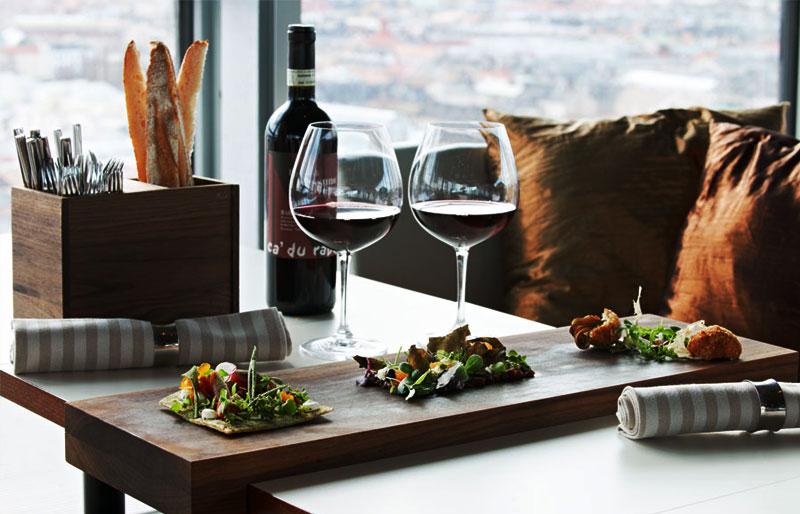 Njut av gott vin på restaurangen och skybaren Himlen