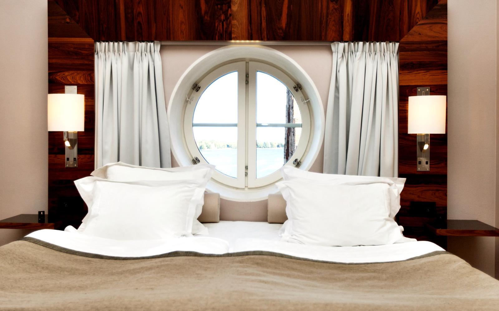 Säng i hotellrum på Elite Hotel Marina Tower